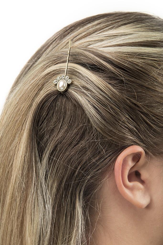 Penteado para home office: Modelo Usando grampo nos cabelos