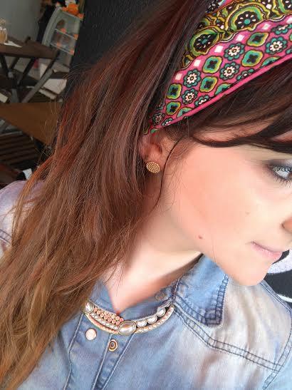 Penteado para home office: Modelo Usando Tiara nos cabelos