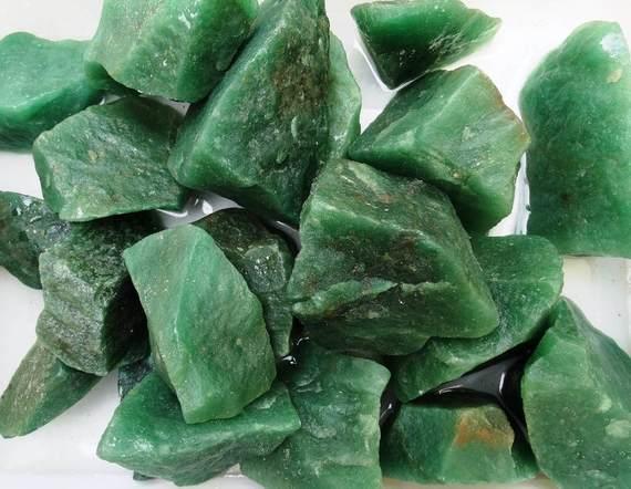 quartzo verde pedra bruta